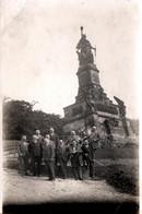 Photo Originale Anciens Combattants Au Pied De La Statue Germania, Niederwalddenkmal, Rüdesheim, Allemagne 1920's - Guerre, Militaire