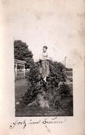 Carte Photo Originale Jardinier Aux Pieds Nus Posant Sur Une Souche De Tronc D'Arbre Sous Les Lières Vers 1900/10 - Personnes Anonymes
