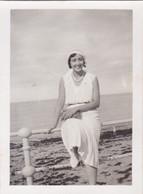 Photo De Particulier  Calvados Luc Sur Mer Aout 1931 Femme Assisse Sur La Rembarde Devant La Plage Réf 9592 - Places