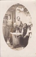 Carte Photo De Particulier Une Famille Prenant Un Verre D'absinthe  Réf 9598 - Anonymous Persons