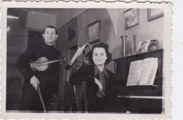 Photo De Particulier Loiret Montargis 1942 Homme Au Violon Et Femme Au Piano   Réf 9604 - Guerra, Militares