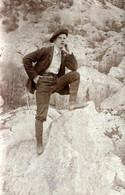 Carte Photo Originale Gay & Playboy Randonneur Posant Avec Son Béret De Montagnard & Tenue De Grimpeur En 1904 - Personnes Anonymes