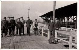 Carte Photo Originale Groupe D'Hommes Sur Le Quai De La Gare De Helslakt Avec Casquettes Et Chapeau Melon Vers 1910 - Personnes Anonymes