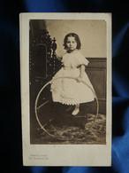 Photo CDV Mayer à Paris -  Fillette Cerceau à La Main, Second Empire Circa 1860-65 L562 - Oud (voor 1900)
