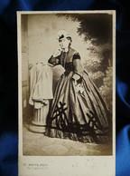 Photo CDV Mayer à Paris -  Femme Au Chapeau, Belle Robe à Crinoline, Second Empire Circa 1860-65 L562 - Old (before 1900)