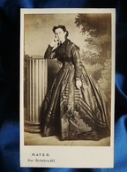 Photo CDV Mayer à Paris -  Femme En Pied Pose Pensive, Robe à Crinoline, Second Empire Ca 1860-65 L562 - Anciennes (Av. 1900)