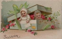 Belle Illustrée Gaufrée Et Dorée : Deux Bébés Sortant D'une Boite Remplie De Roses - Babies