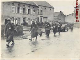 PHOTOGRAPHIE ANCIENNE : PASSAGE DE POILUS DANS UN VILLAGE EN CHAMPAGNE ARDENNES AUTOMOBILE GUERRE WAR MILITARIA - Oorlog, Militair