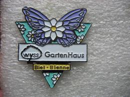 Pin's D'un Papillon De Couleur Violette Parmi Les Marguerites. Maison Du Jardin à Biel-Bienne En Suisse - Animales