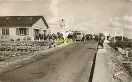85 Beauvoir Sur Mer, Café Du Gois Sur Le Continent, Vieil Autocar, Touristes..., Carte Pas Courante - Beauvoir Sur Mer