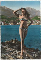 CARTE POSTALE 10/15 ANCIENNE 50/60 PHOTO ORIGINALE COULEUR DENTELEE : FEMME PIN UP SEXY EROTIC AU CAP MARTIN - Pin-Ups