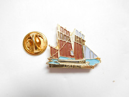 Beau Pin's Pins En Relief , Marine Bateau Voilier , Bisquine - Boats