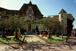 14 DEAUVILLE L'HOTEL DE VILLE DE STYLE NORMAND ET SON JARDIN - Deauville