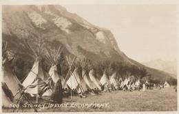CARTE POSTALE DE 09/14 PHOTO COULEUR ORIGINALE ANCIENNE : STONEY INDIAN ENCAMPMENT A BANFF , CANADIAN ROCKIES  ALBERTA - Banff