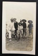 A LA PLAGE - Carte Photo Famille Posant En Tenue: Bicyclette, Cerceaux - Fotografie