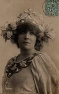 Vraie Photo Glacée REUTLINGER : SARAH BERNHARDT Avec Une Coiffe Et Un Plastron De Perles 2 - Femmes