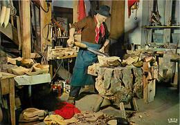 Folklore - Auvergne - Le Sabotier - Métiers - CPSM Grand Format - Carte Neuve - Voir Scans Recto-Verso - Costumi