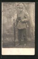 Foto-AK Soldat In Voller Montur Mit Aufgepflanztem Bajonett - Oorlog 1914-18