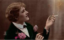 Vraie Photo Colorisée : Femme à La Cigarette Coiffée Et Habillée à La Garçonne - Femmes