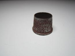 Ancien Dé à Coudre Diamètre 2 Cm Et 1,5 Cm Haut 1,5 Cm (romain ?) - Thimbles