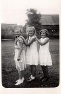 Carte Photo Originale Trio De Fillettes à La Queue Leu Leu Au Jardin En 1933 à Zappelaù - Anonieme Personen