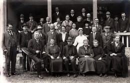 Carte Photo Originale Grande Famille Au Groupe D'Individus Mixtes Et Infirmière Seule Au Monde Vers 1920/30 - Personnes Anonymes