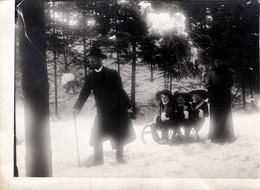Tirage Photo Albuminé Souple Original - Un Couple Au Père Tirant Ses 3 Filles Sur Une Luge Dans Une Forêt Enneigée 1890' - Anciennes (Av. 1900)