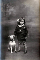 Carte Photo Originale Charmante Fillette & Son Amusant Chien En Studio Vers 1910/20 - Personnes Anonymes