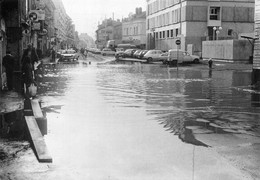 Mâcon Inondations Crue 1981 Voitures Renault 4L Peugeot 404 Commissariat Police - Macon