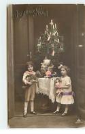 Jouet - Joyeux Noël - Une Fillette Portant Une Poupée, Un Garçon Portant Un Ours En Peluche - Teddy Bear - Games & Toys
