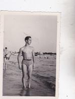 Photo De Particulier Superbe Jeune Homme Torse Nue Et Maillot De Bain Circa 1940/1950  Réf 9632 - Personas Anónimos
