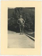 Jeune Homme Musclé En Maillot De Bain. Torse Nu. Nude. Gay Interest. Muscular. - Personas Anónimos