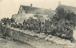 MILITARIA  - L'ARMEE FRANCAISE - SUR LE FRONT - LES TROUPES AU DEJEUNER - Guerra 1914-18