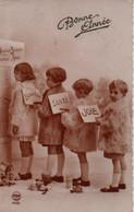 Vraie Photo Sépia Et Dentelée  : Quatre Enfants En Manteau De Fourrure BONNE ANNEE - Nouvel An