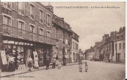 Carte Postale Ancienne De Saint Vaaste La Hougue La Place De La République - Saint Vaast La Hougue