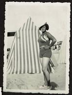 Photo Originale 8,5 X 6 Cm - 1933 - Jeune Femme En Maillot De Bain Fumant Une Cigarette Sur La Plage De Bray-Dunes - Orte