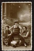 Studio Photo - 3 Jeunes Femmes - Soeurs - Cigarettes - Mise En Scène - Faux-fond - Photographe R. Blox Vincennes - Anonyme Personen