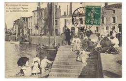 2451 - LES SABLES D'OLONNE - En Attendant Le Bateau De Passage Sur L'éperon Des Sables D'Olonne - Sables D'Olonne