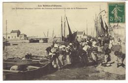 4202  - LES SABLES D'OLONNE - Les Sablaises Attendant L'arrive Des Bateaux Sardiniers à La Cale De La Poissonnerie - Sables D'Olonne