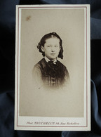 Photo CDV Truchelut à Paris  Portrait Fillette élégante  Sec. Empire  CA 1865-70 - L562C - Oud (voor 1900)