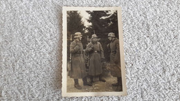 Foto  3 Soldaten Auf Wache Helm Gewehr Mantel - 1939-45