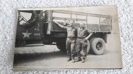 Foto 2 Amerikanische Soldaten Vor LKW Transporter Militär Soldat - 1939-45