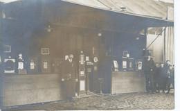 """Carte Photo - Stand Avec Personnes Et Enfants Devant """" ? """" BOUTIQUE DES AMUSEURS """" 1912 - Postée à Dunkerque -TBE - - Sin Clasificación"""