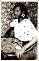 Photo Originale Portrait D'une Jeune Et Jolie Femme Black Au Fauteuil D'Osier Vers 1970/80 - Pin-ups