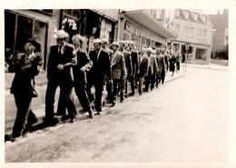 Photo Originale Gay & Playboy - Alignement De Gaies Lurons à Chapeau Marchant à Cloche Pied Sur Le Trottoir Vers 1950/60 - Personnes Anonymes