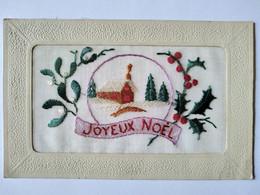 CPA BRODÉE MAIN - Joyeux Noël - Houx Neige Chaumière Sapins - TBE - Embroidered