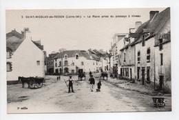 - CPA SAINT-NICOLAS-DE-REDON (44) - La Place Prise Du Passage à Niveau (BOULANGERIE) - Edition Chapeau N° 2 - - Autres Communes
