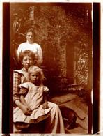 Tirage Photo Albuminée Souple Original, Femmes & Fillette à La Queue Leu Leu & Visages Empilés Au Jardin Vers 1900 - Anciennes (Av. 1900)