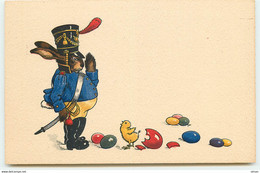 N°17375 - Style Baumgarten - Lièvre Habillé En Soldat Devant Un Poussin Et Des Oeufs - Pasqua