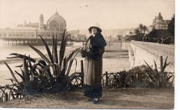 1922-Carte Photo Femme Devant Le Casino De La Jetée-promenade De Nice Sur Pilotis. Détruit En 1944 - Unclassified